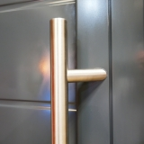 Pull handle on aluminium door